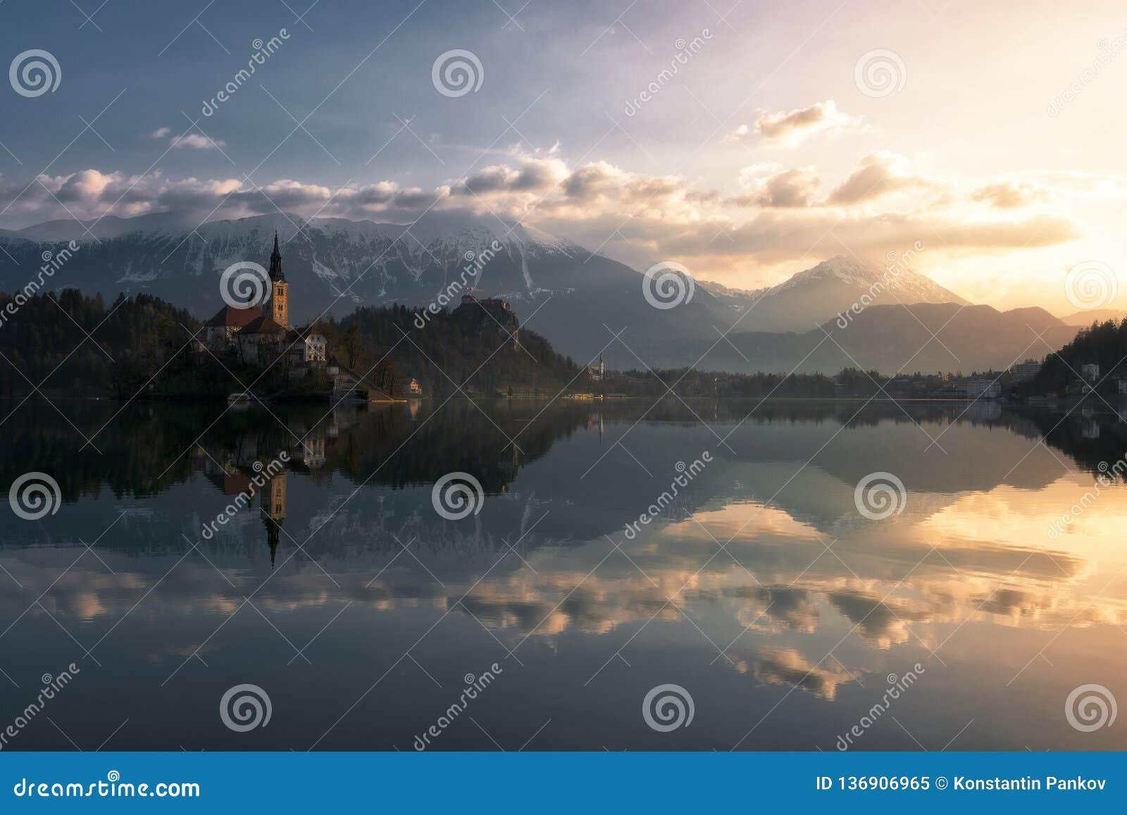 Kalme ochtend op meer dat in Slovenië wordt afgetapt