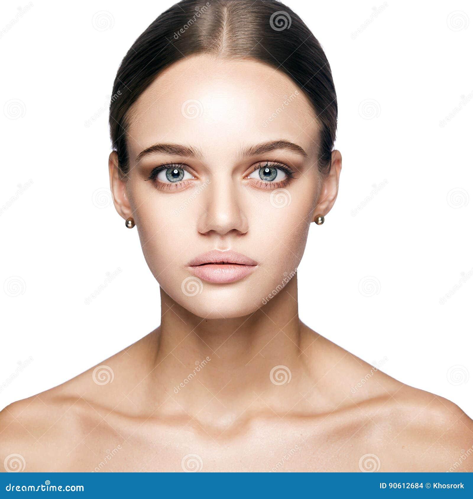 Kalme schoonheid Portret van mooie jonge blondevrouw met naakte make-up, blauwe ogen, kapsel en schoon gezicht