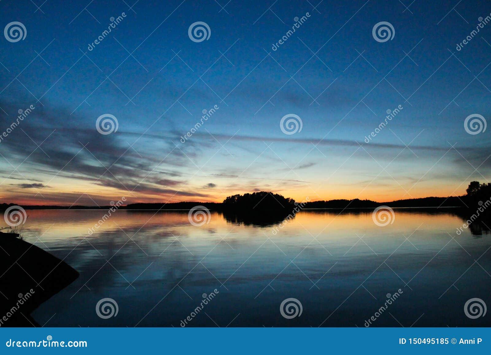 Kalme zonsondergang bij het overzees