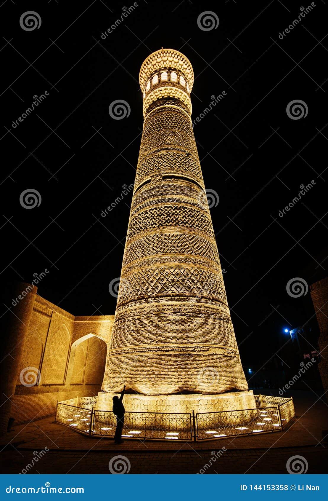 Kalon历史的古老废墟夜景的伟大的尖塔,Mir我阿拉伯人Madrasah广场,布哈拉,乌兹别克斯坦