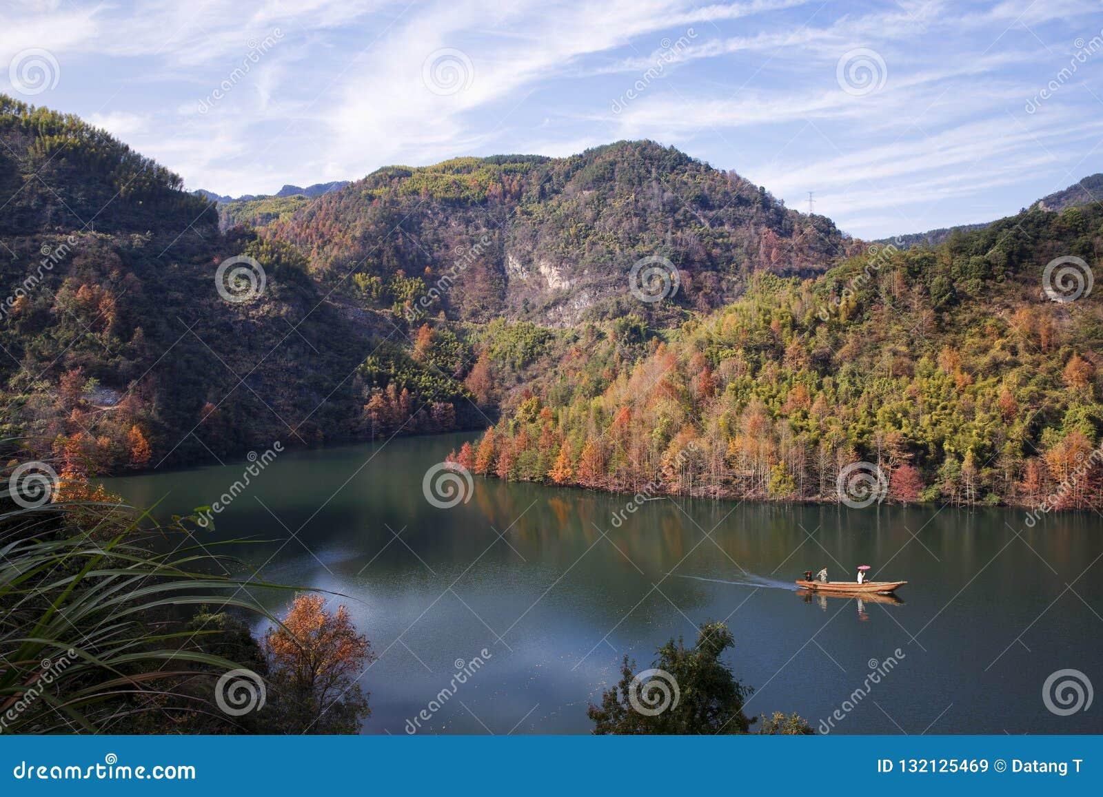 Kalte Berge und Wasser CengLinJinRan-Herbstes gestaltet landschaftlich