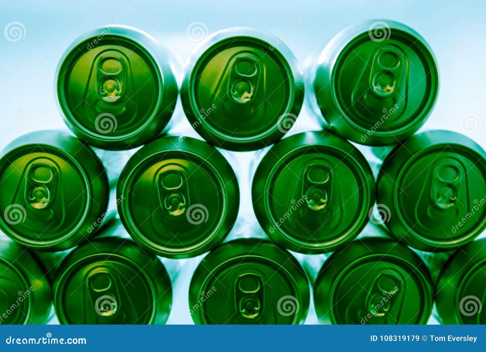 Kühlschrank Dosen : Kalte grüne energie trinkt dosen im kühlschrank nachts stockbild
