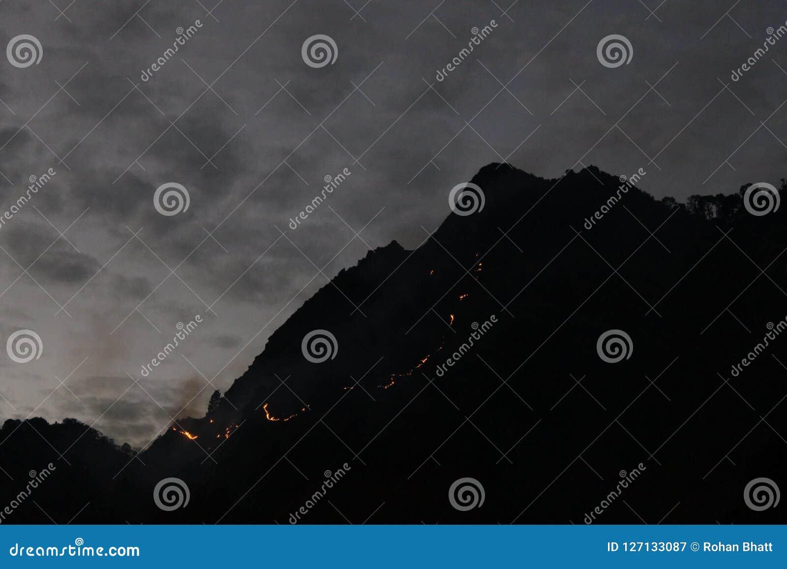 Kameel` s achterheuvel op brand in Nainital