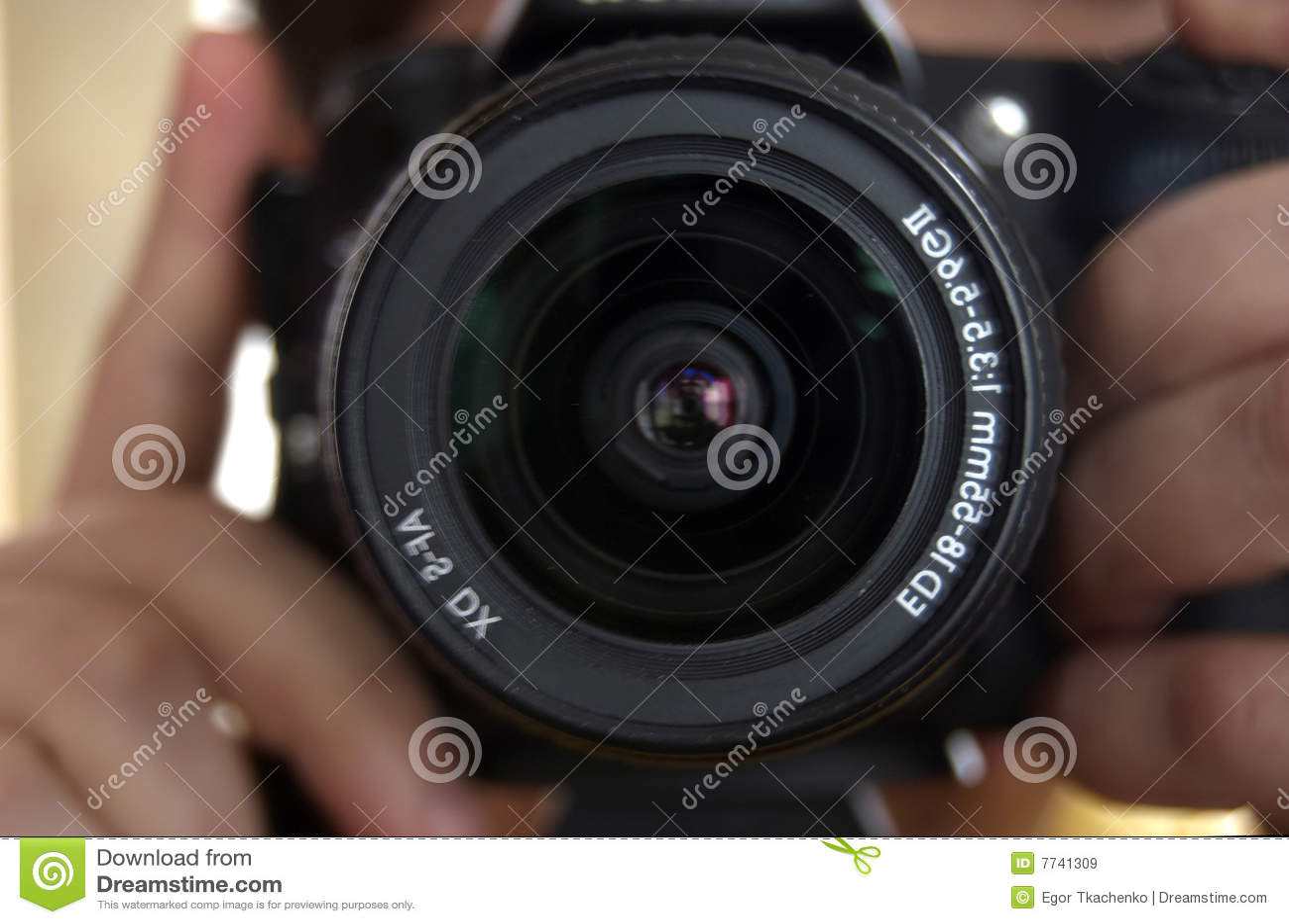 Kamera in den Händen des Fotografen.