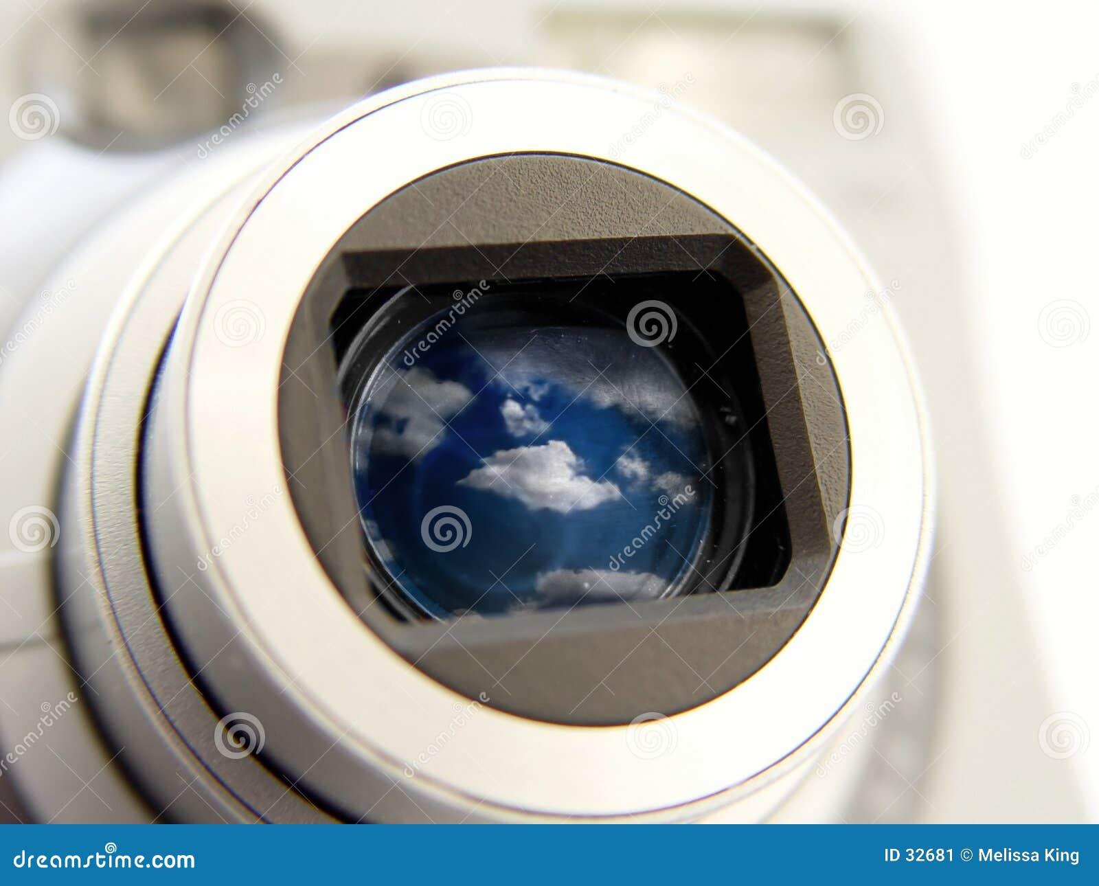 Kamera mit Wolken im Len
