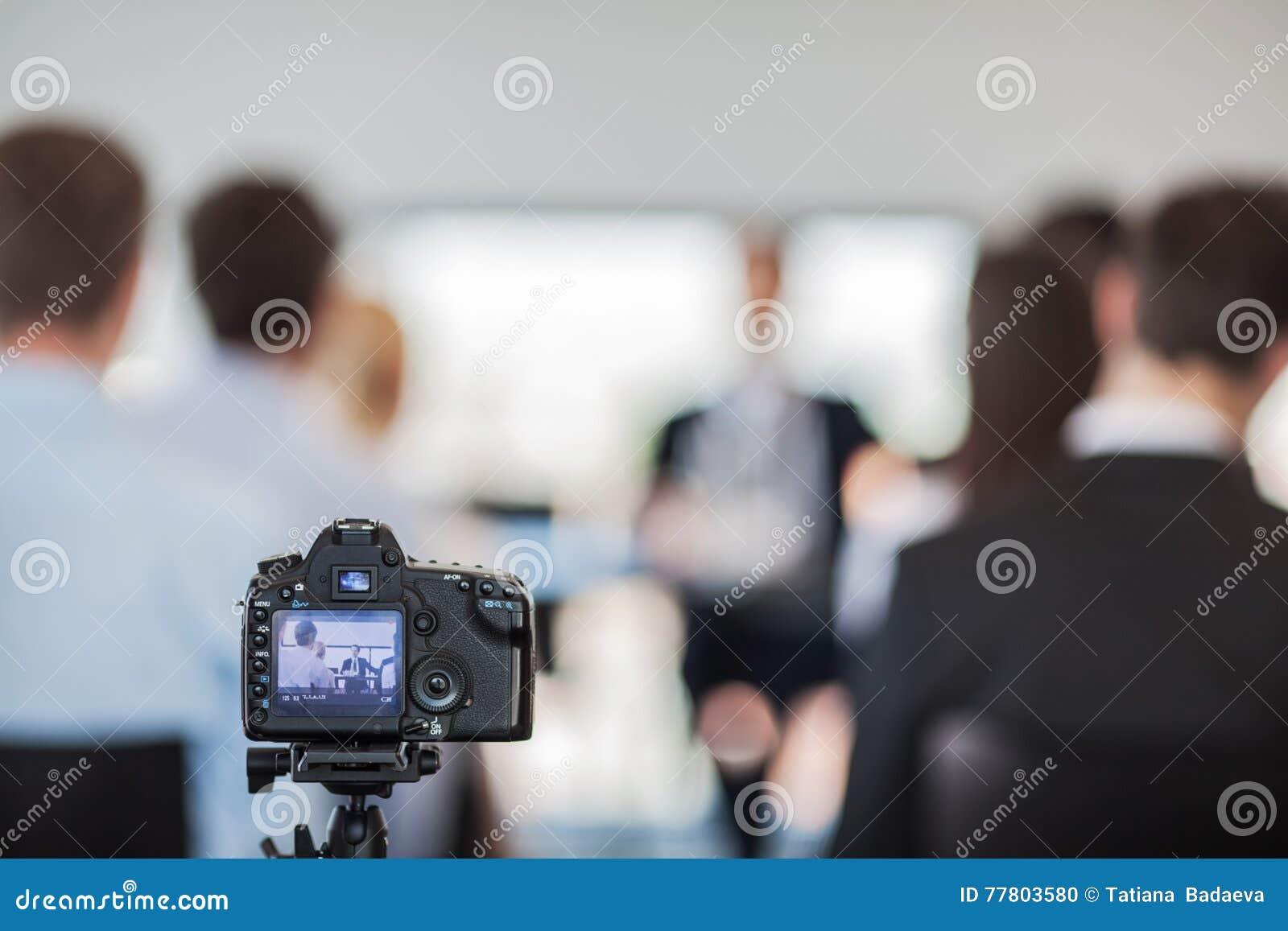 Kamera przy konferencją prasową