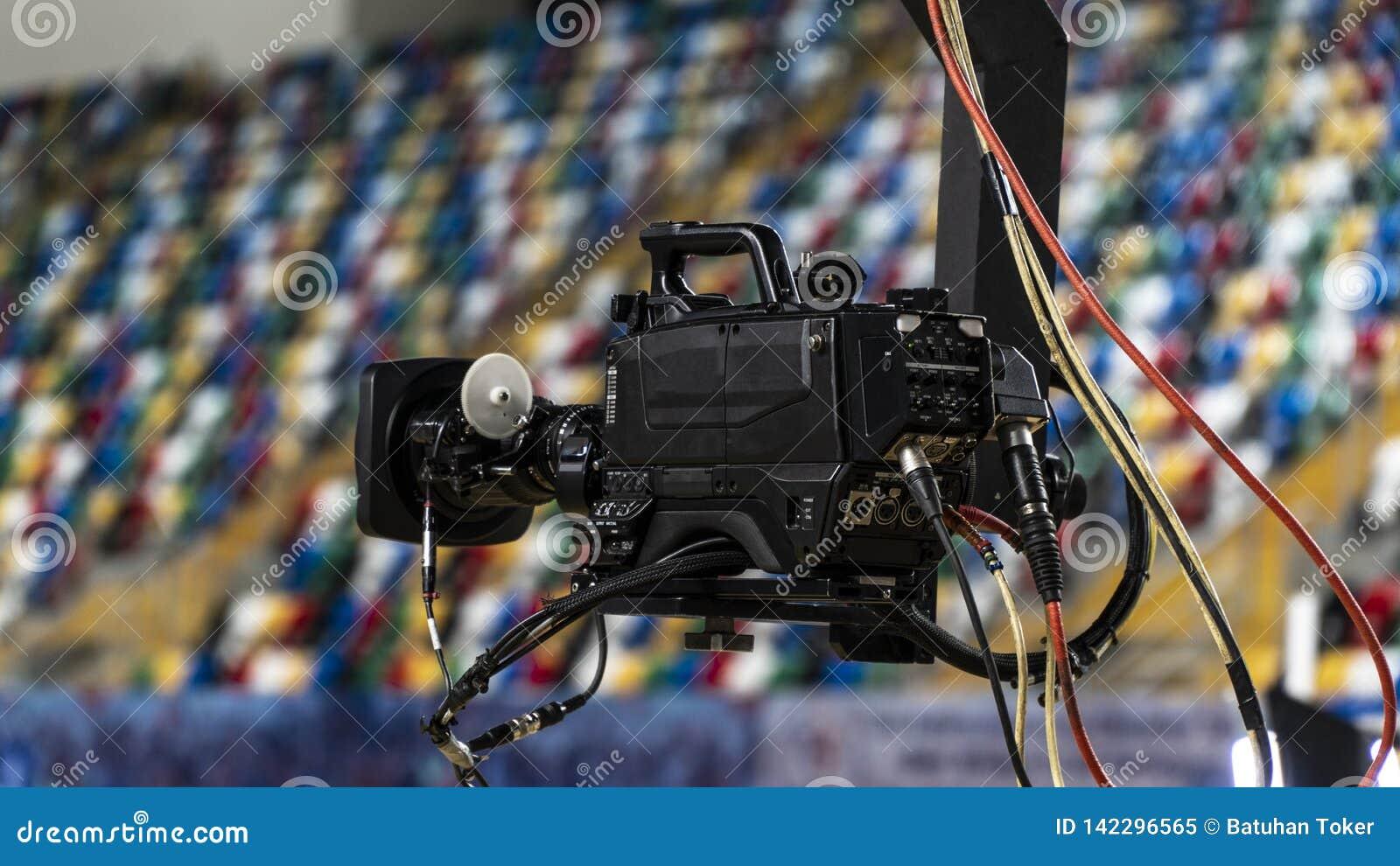 Kamera telewizyjna na żurawiu na zewnątrz studia Kamera wideo obwieszenie na żurawiu przygotowywa