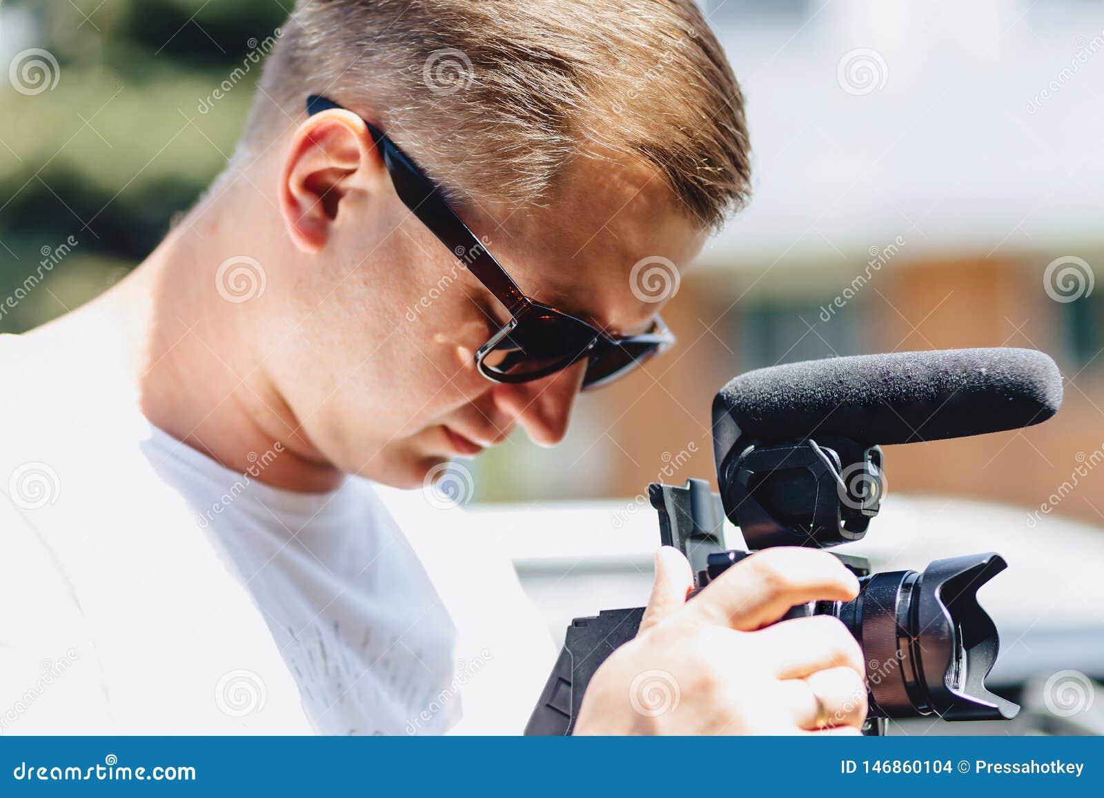 Kameramann mit einer Kamera auf einer Mono-hülse