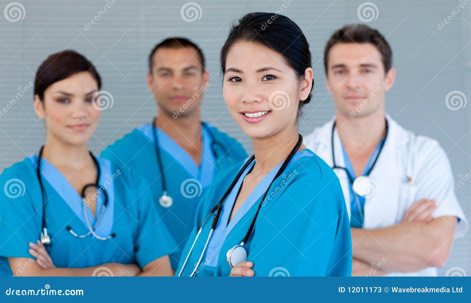 Kamery drużyna medyczna uśmiechnięta