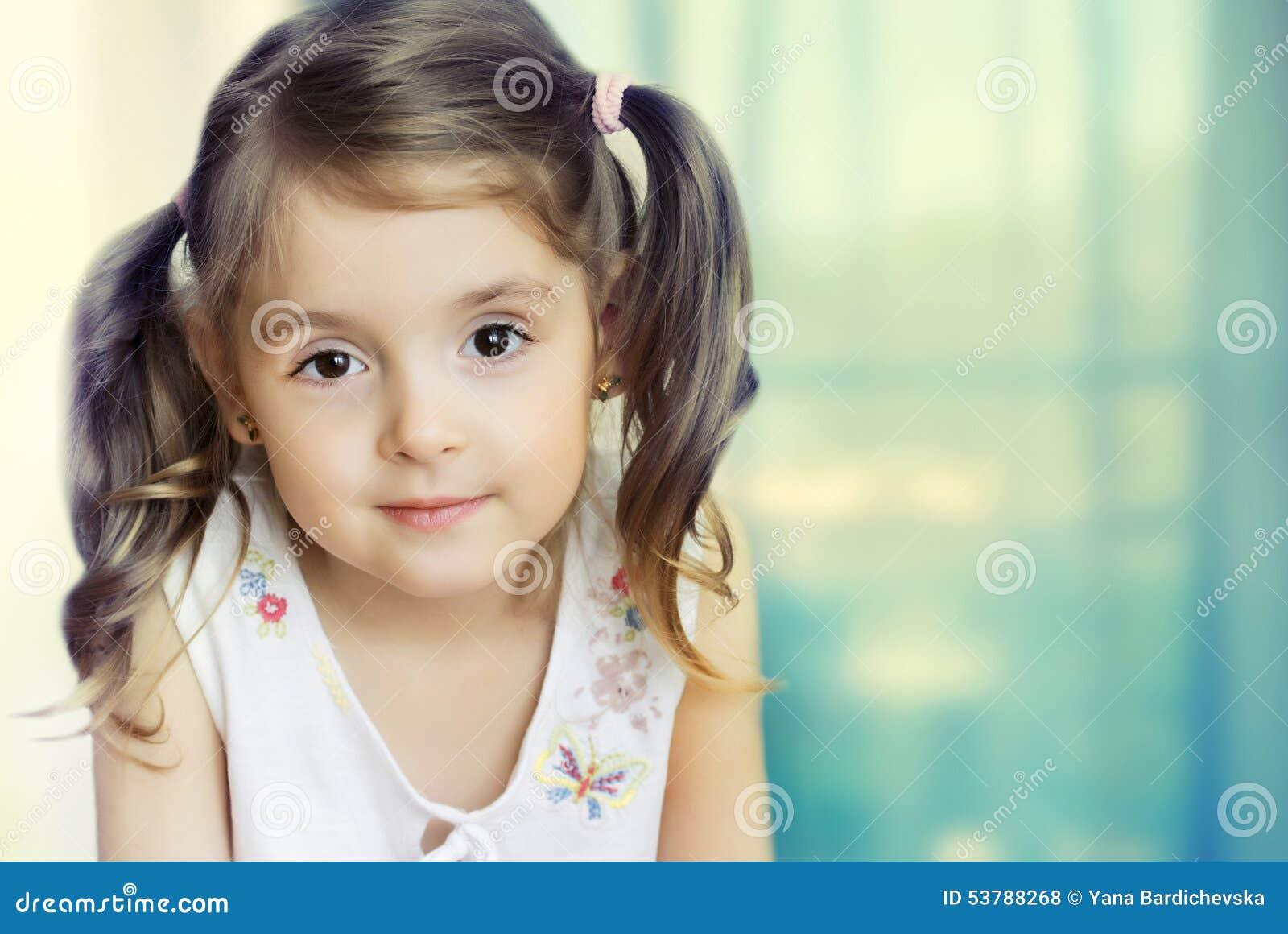 Kamery dziewczyny mały target1930_0_ Mały dziecka zbliżenie na backgrou