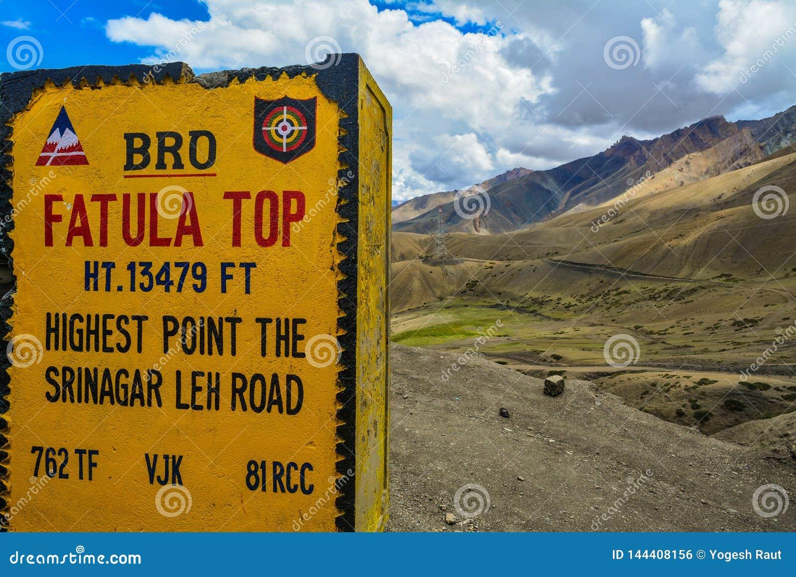 Kamień milowy pokazuje Fatula wierzchołek - wysoki punkt na Srinagar Leh drodze