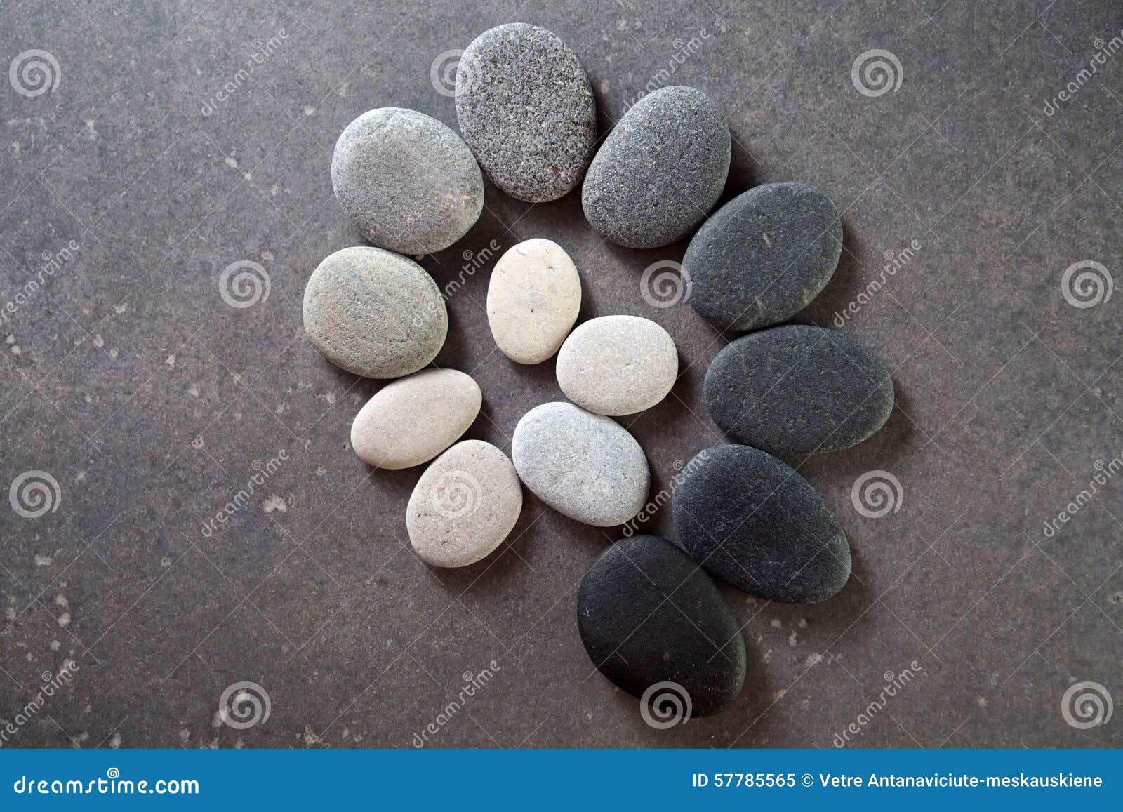 Kamień spirala na czarnym tle