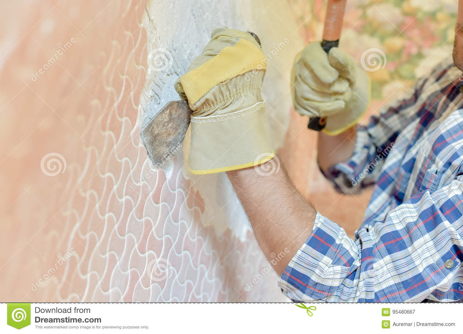Kamieniarz cyzeluje przy ścianą