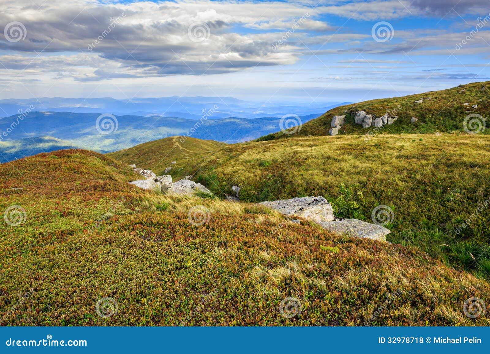Kamienie w wydrążeniu na pasmo górskie wierzchołku