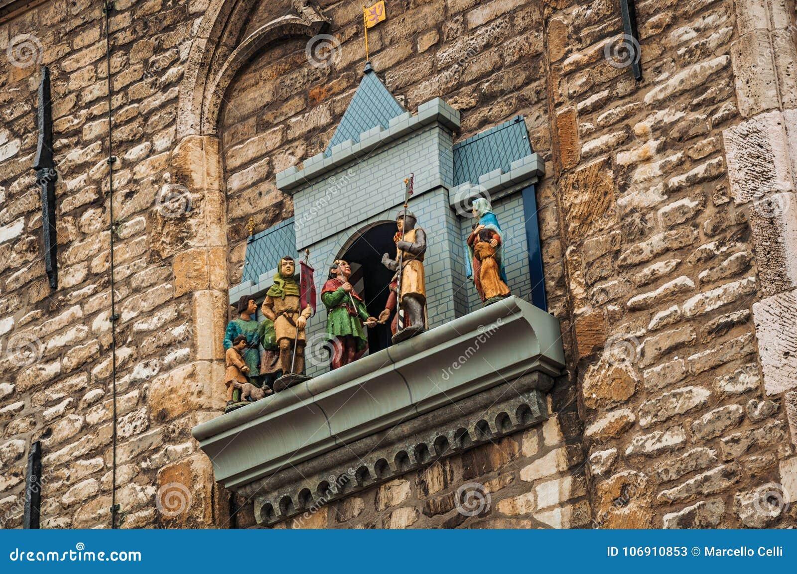 Kamienna ściana i karylion z machinalnymi kukłami obok gothic urzędu miasta Gouda w chmurnym dniu