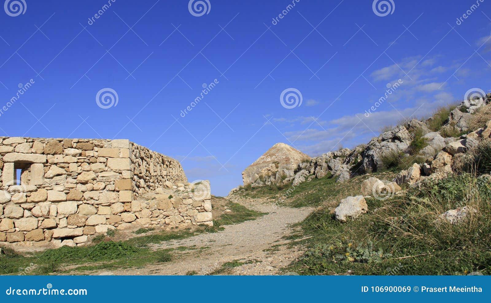 Kamienna ściana na Historycznym Starym miasteczku Rethymno z starym mały kościół Grecja