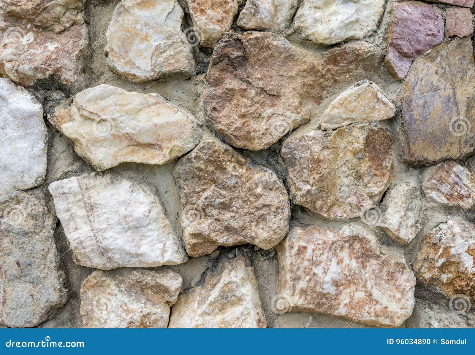 Kamienna ściana z dnia światłem