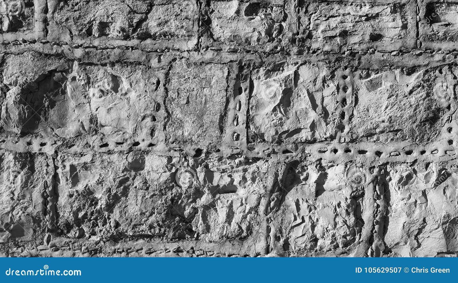Kamienna ściana z patka krzemieniem i wskazywać wkłada czarny i biały, monochrom