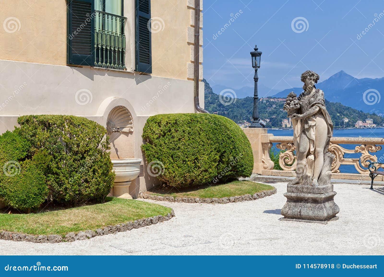 Kamienna statua w parku Willa Del Balbianello, Lenno, Lombardia, Włochy