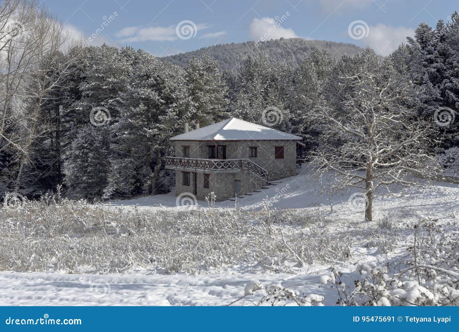 Kamienny dom w górach