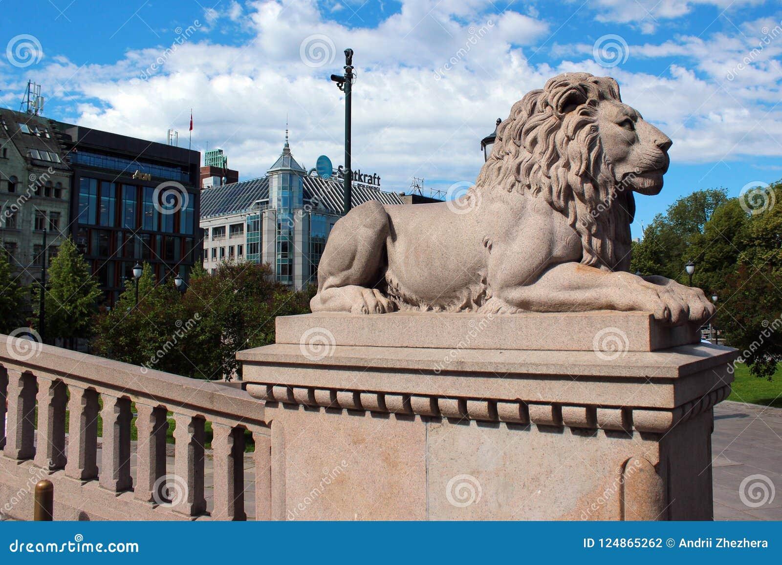 Kamienny lew przed Storting w Oslo Norwegia, Czerwiec, - 26, 2018: Krajowy teatr w Oslo, Norwegia