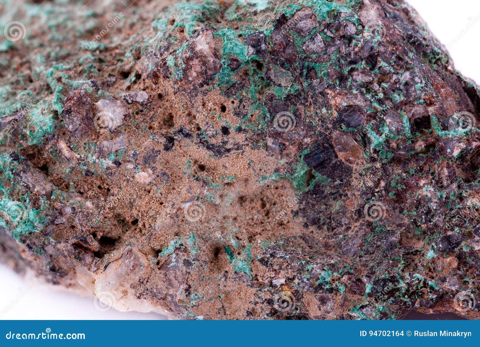 Kamienny makro- kopalny malachit na białym tle
