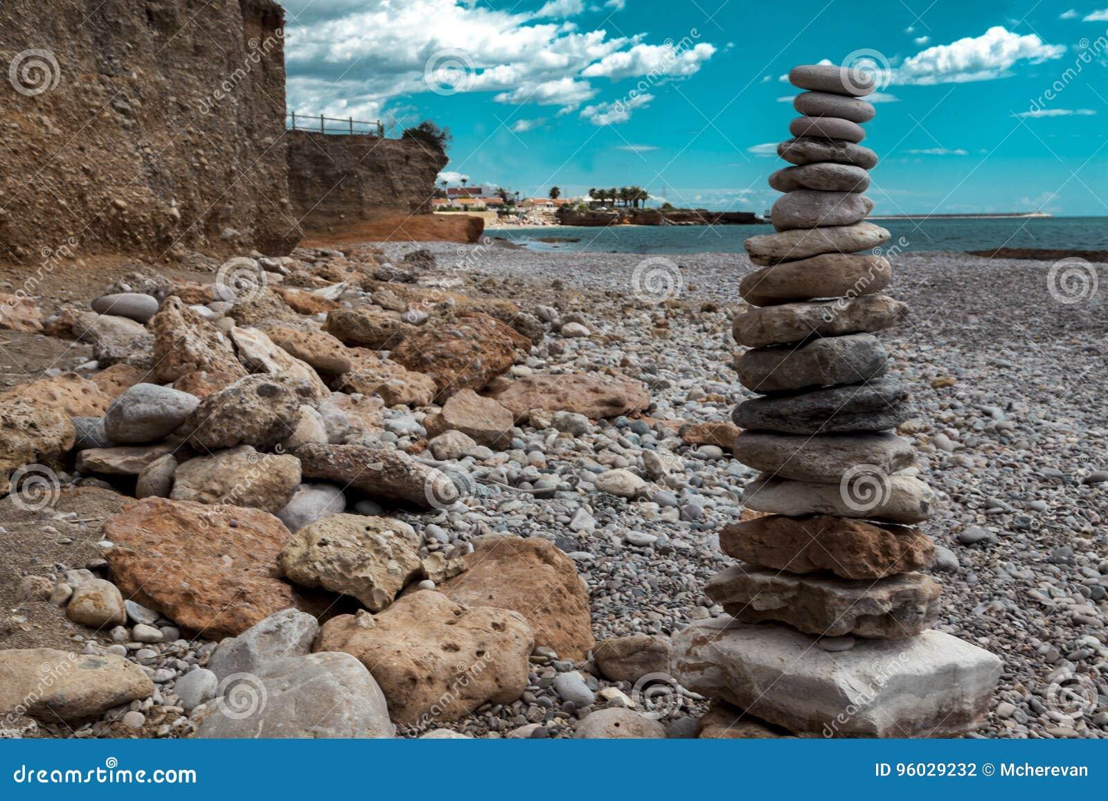 Kamienny stos na dennej plaży Kamienny basztowy zbliżenie