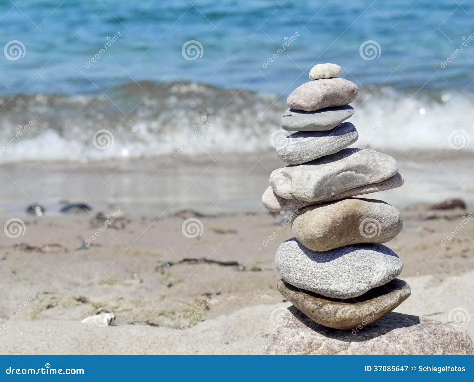 Download Kamienny wierza na plaży obraz stock. Obraz złożonej z zdrój - 37085647