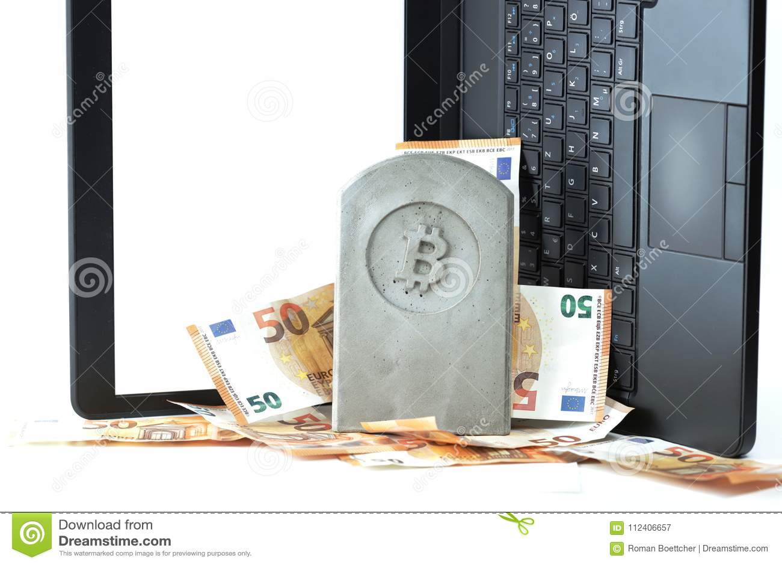 Kamienny zabytek, nagrobek z bitcoin symbolem na stosie banknoty przed notatnikiem/