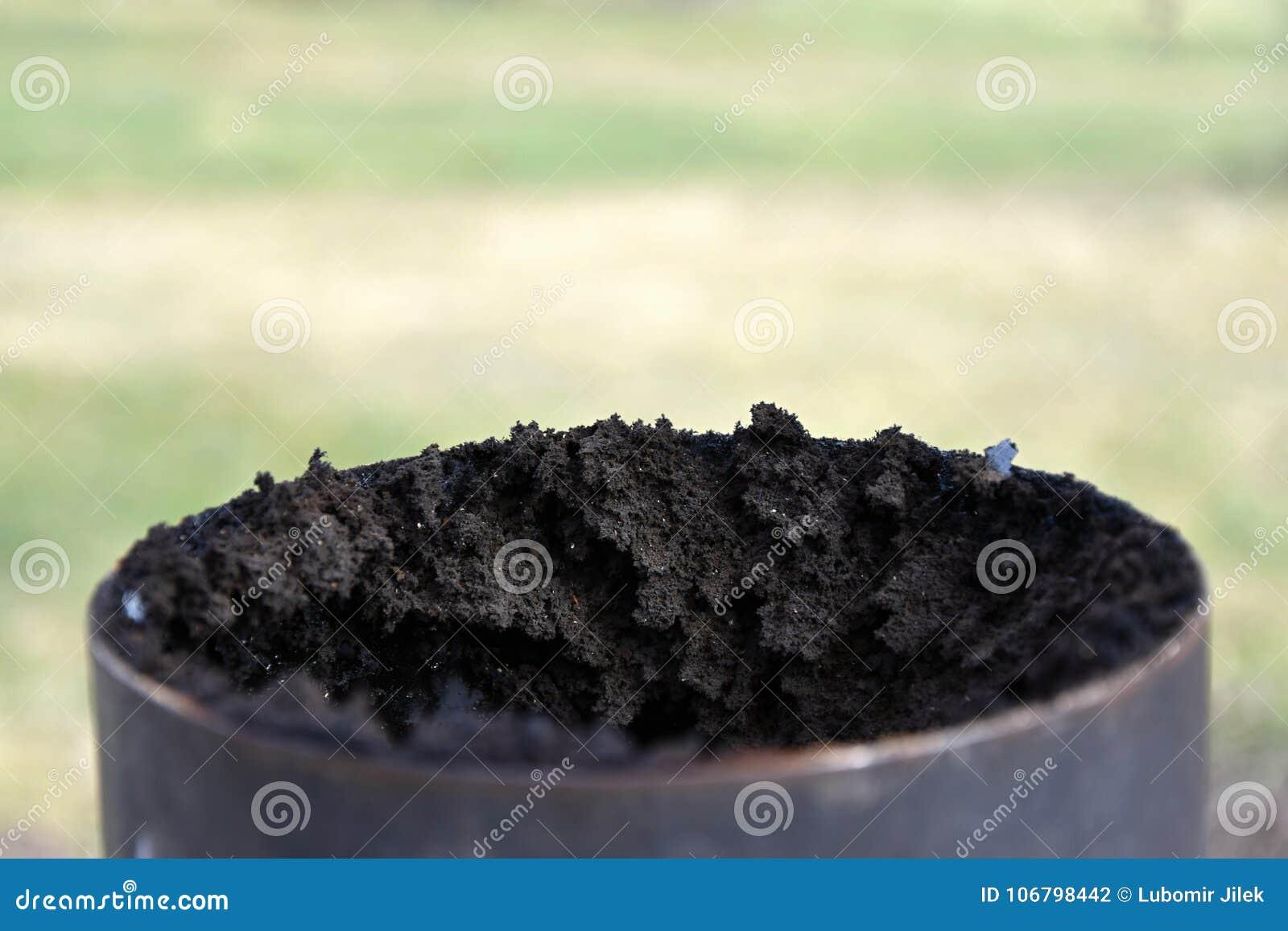 Kaminabgasrohr bedeckt mit einer starken Schicht Ruß