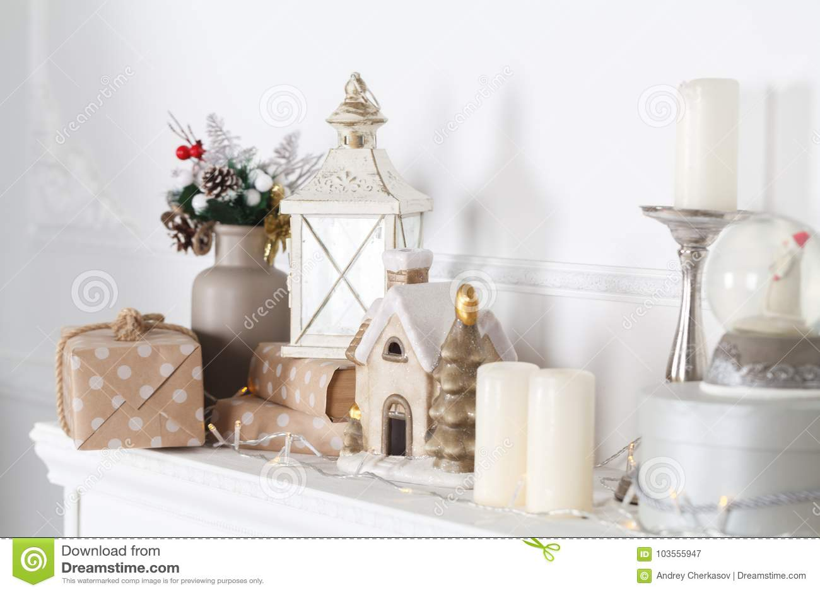 Kaminumhang wird für Weihnachten mit Girlande, Lichtern, einem Bogen und anderen Dekorationen verziert