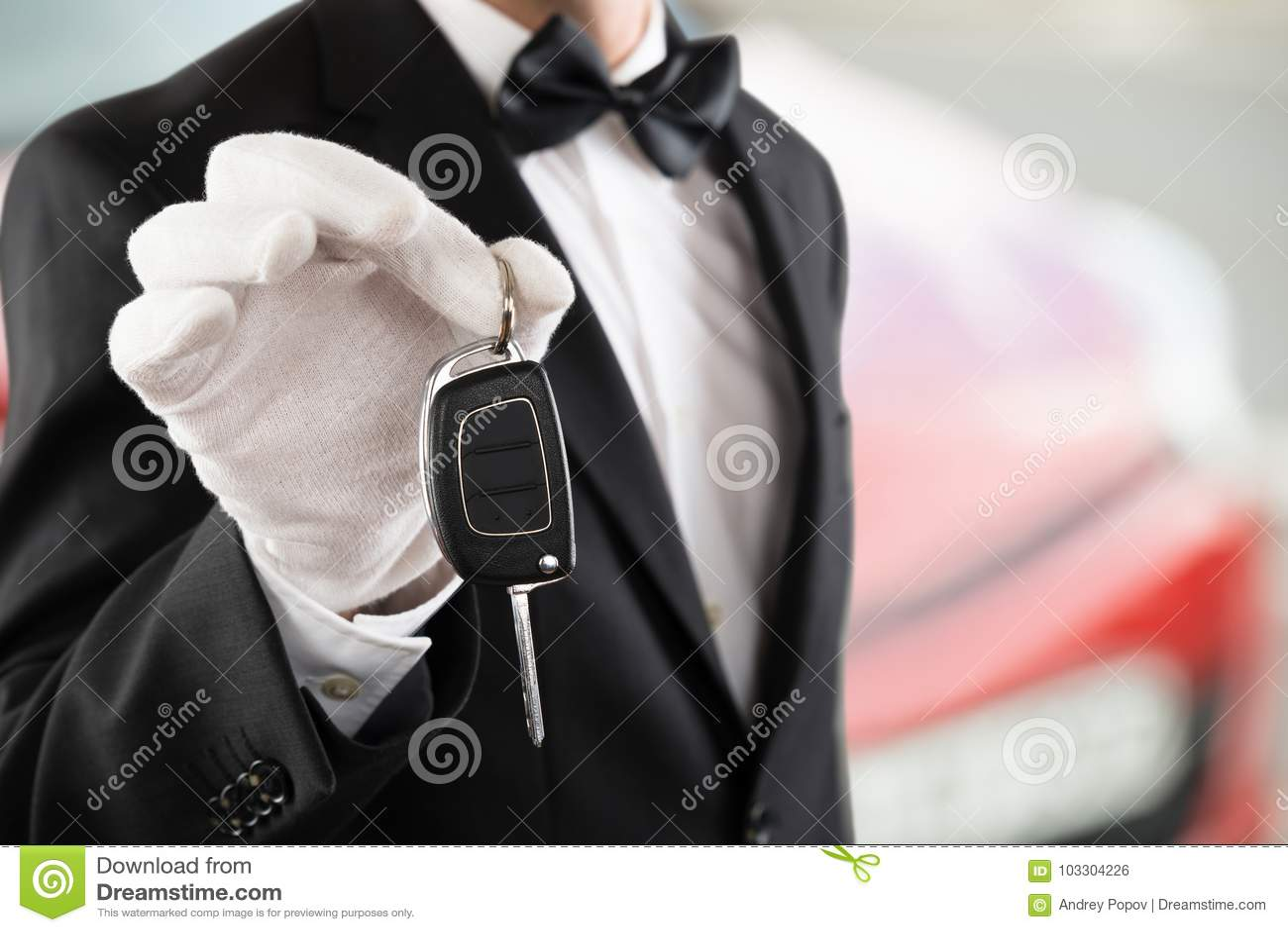 Kammerdiener Boy Holding ein Auto-Schlüssel