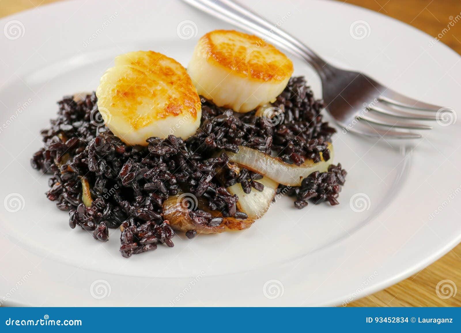 Kammusslor med svarta ris och Caramelized lökar
