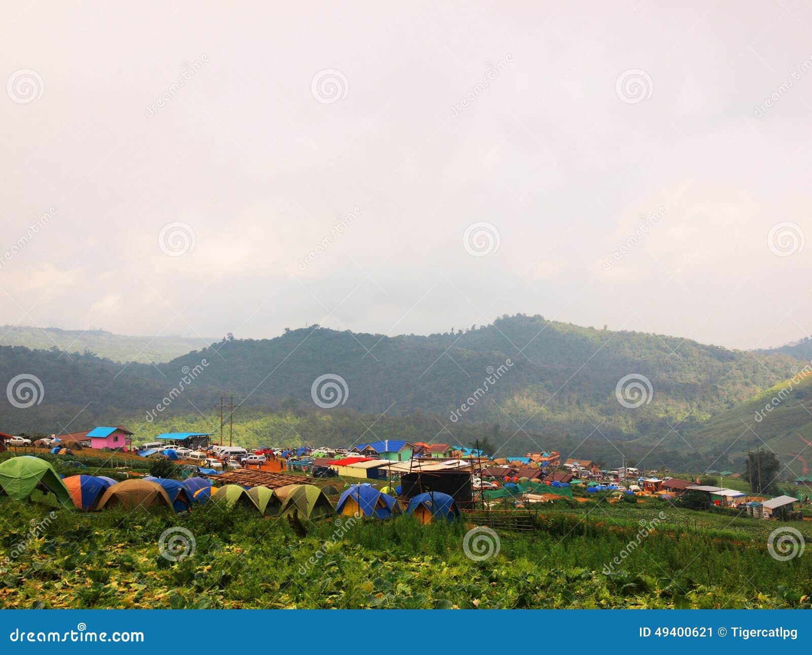 Download Kampieren am Hügel stockbild. Bild von hügel, nord, feiertage - 49400621