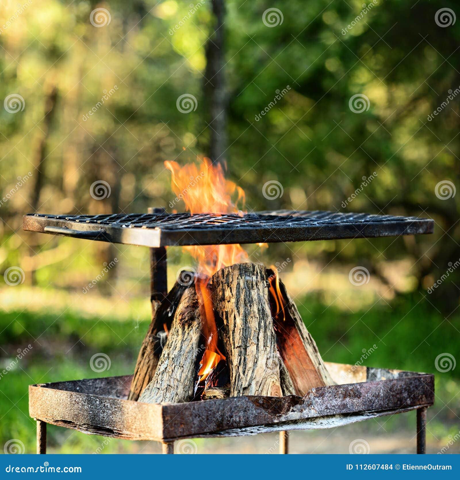 Kampvuur om een braai of een barbecue te maken