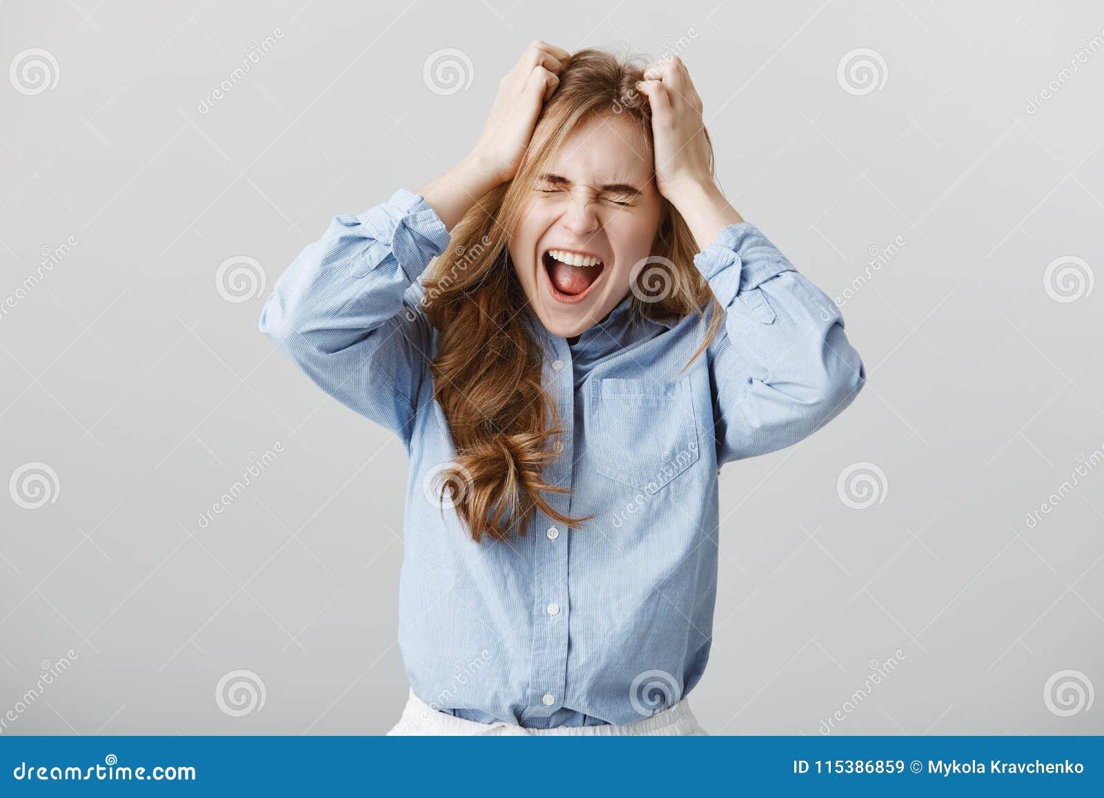Kan druk meer behandelen niet Gespannen gevoed omhoog Europees vrouwelijk model in hand of overhemd die, die terwijl schreeuwen g