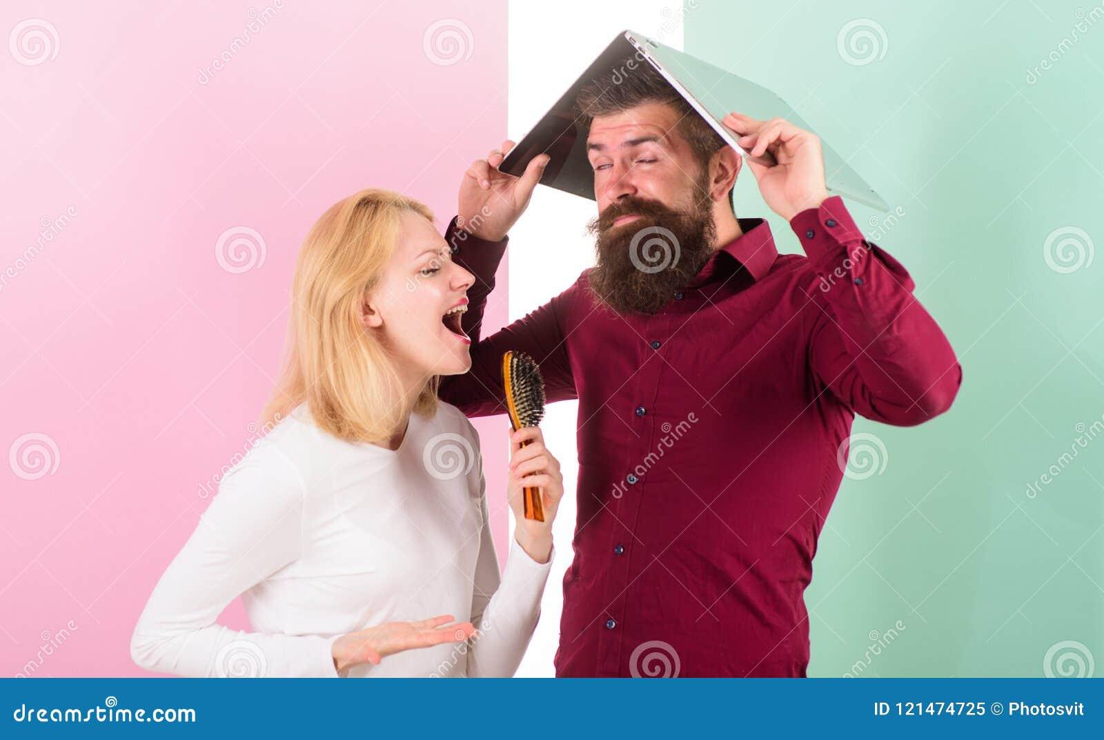 Kan geen lied in haar hoofd tegenhouden Zing beter bij talent tonen dan op het werk De dame veronderstelt zij superster begaafde