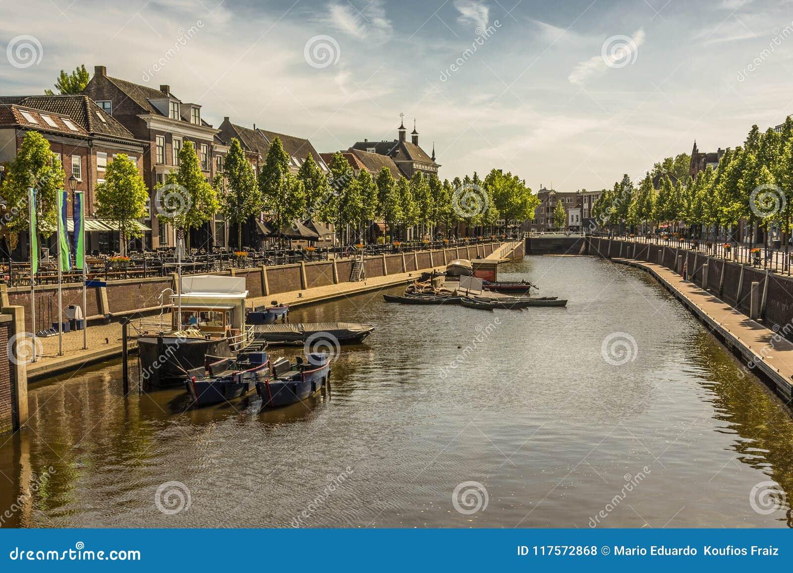 Kanał i łodzie w centrum miasto Breda Holandie