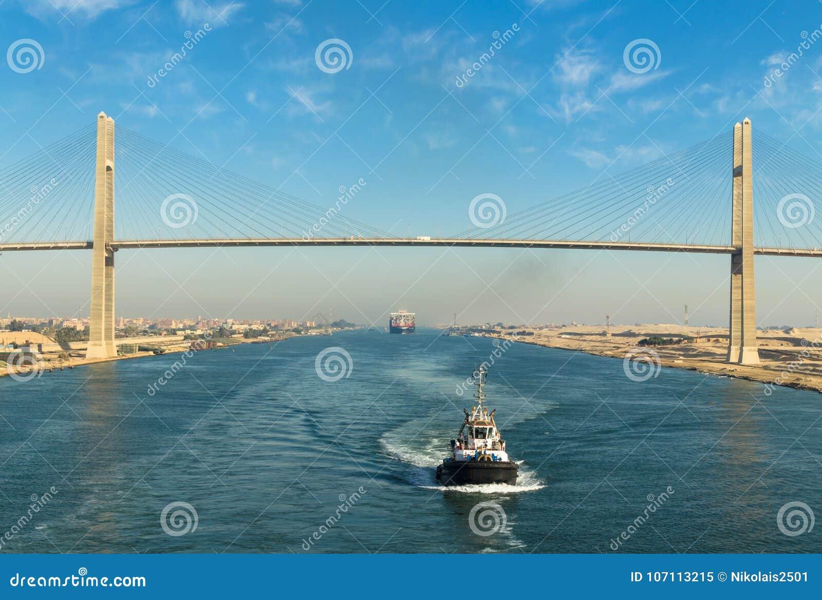 Kanał Sueski, Egipt, 2017: Wysyła ` s konwoju omijanie przez kanału sueskiego, w tle - kanału sueskiego most