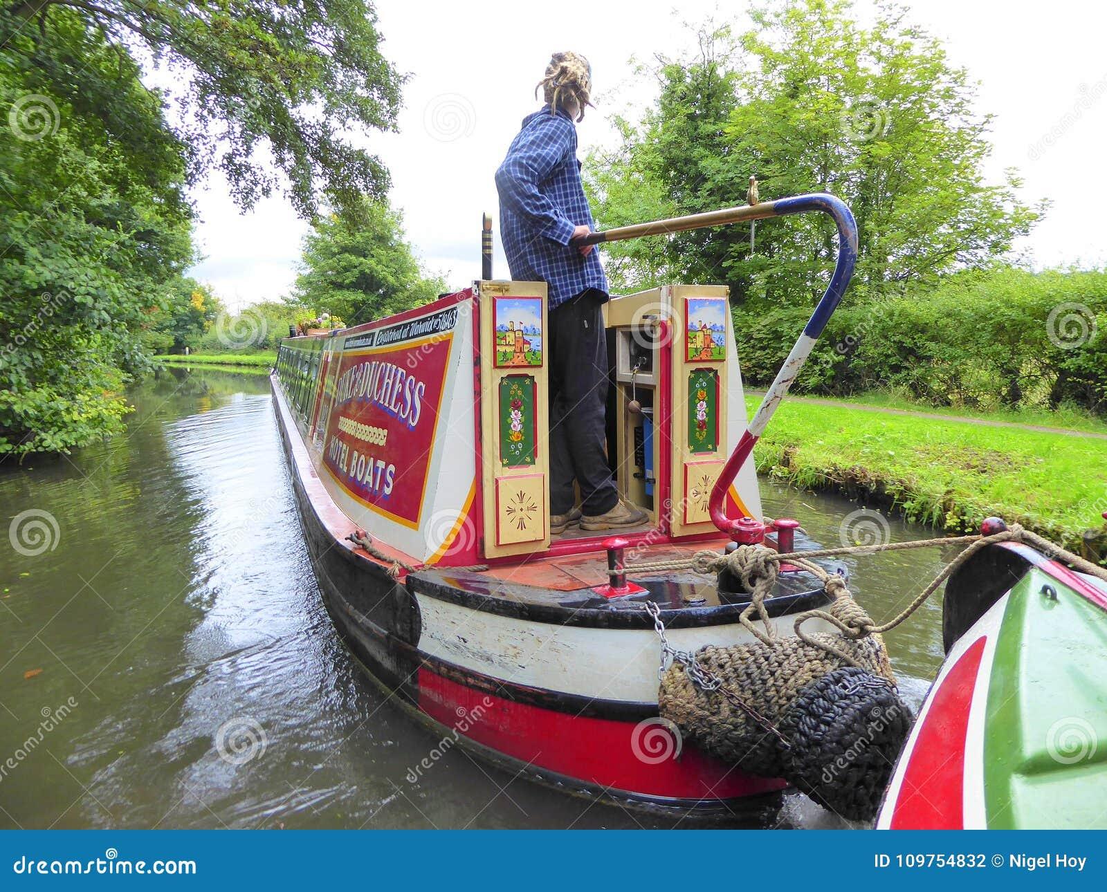 Kanaal die narrowboat een ander kanaalschip slepen