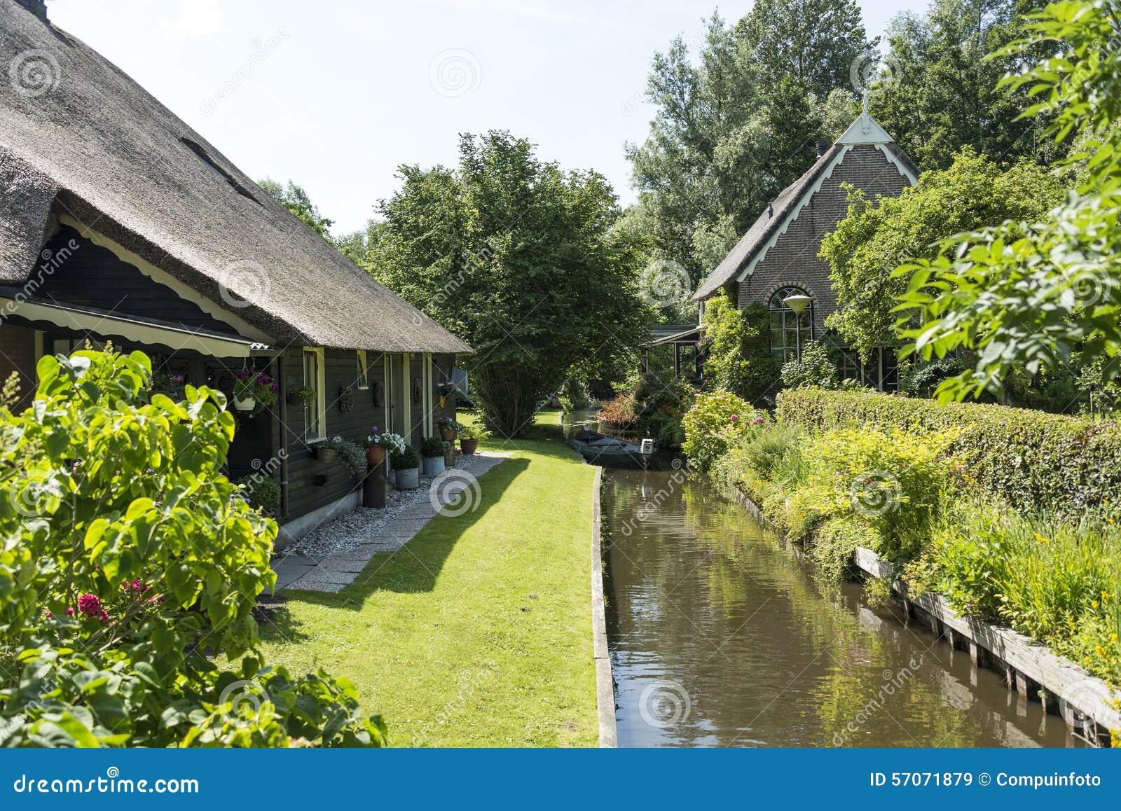Kanaal en huizen in Giethoorn