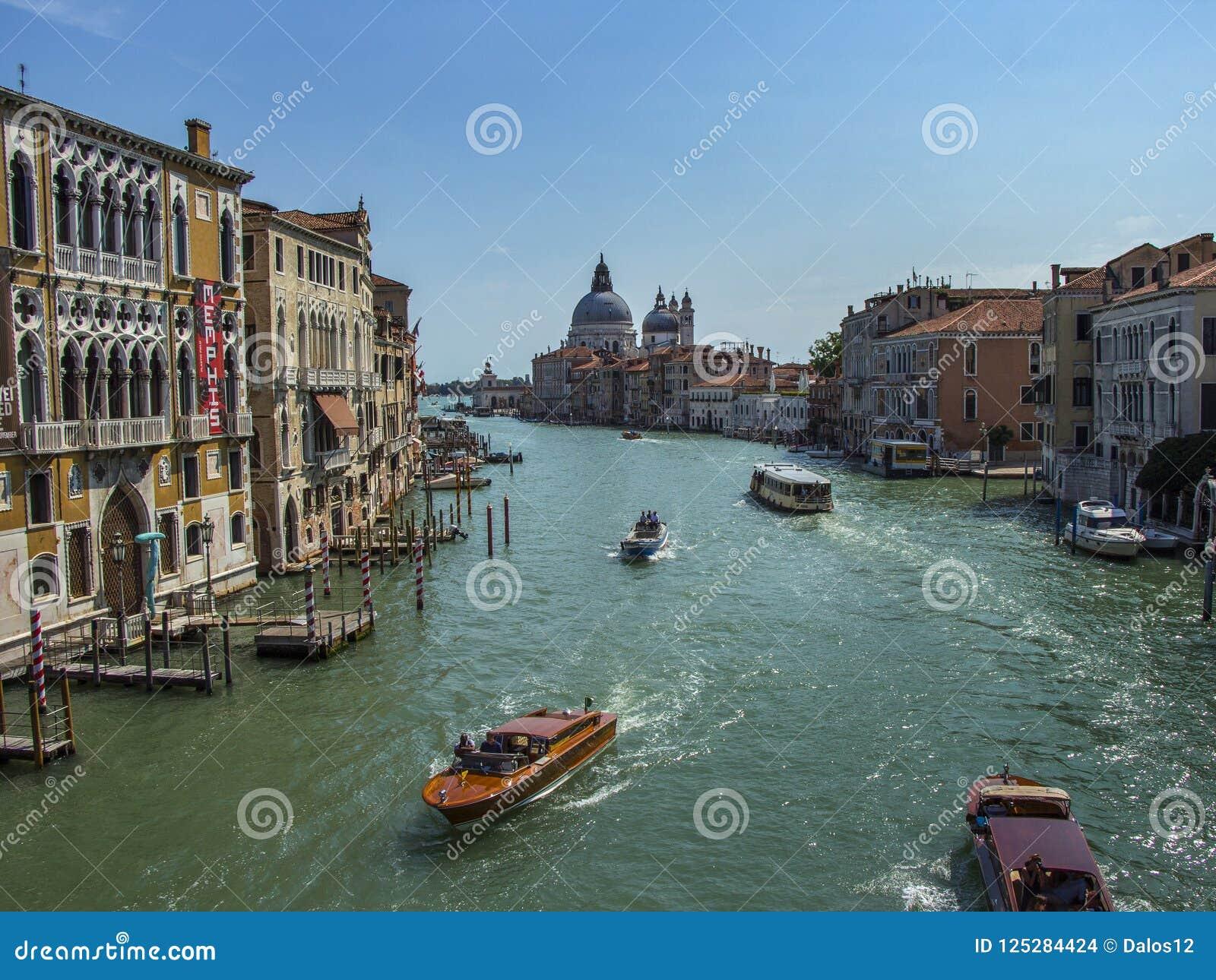 Kanaal Grande en Basiliekdi Santa Maria della Salute in Venetië, Italië