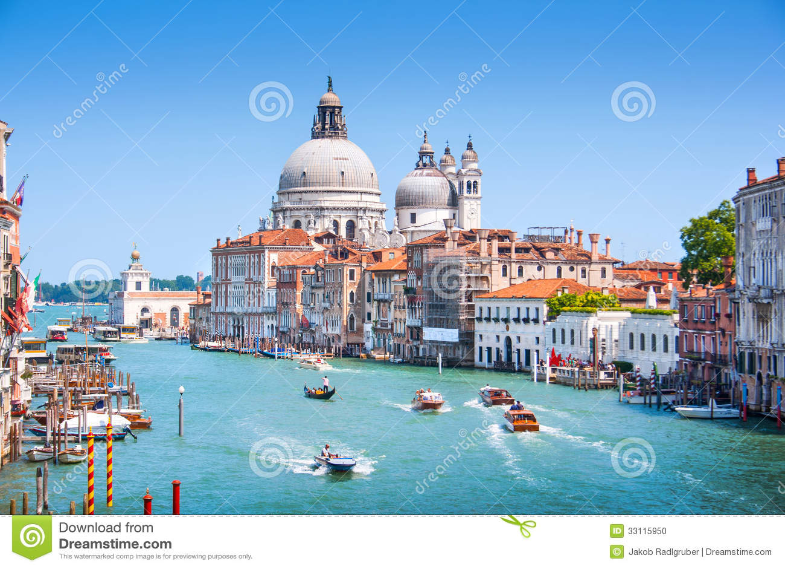 Kanaal Grande met Basiliekdi Santa Maria della Salute in Venetië, Italië