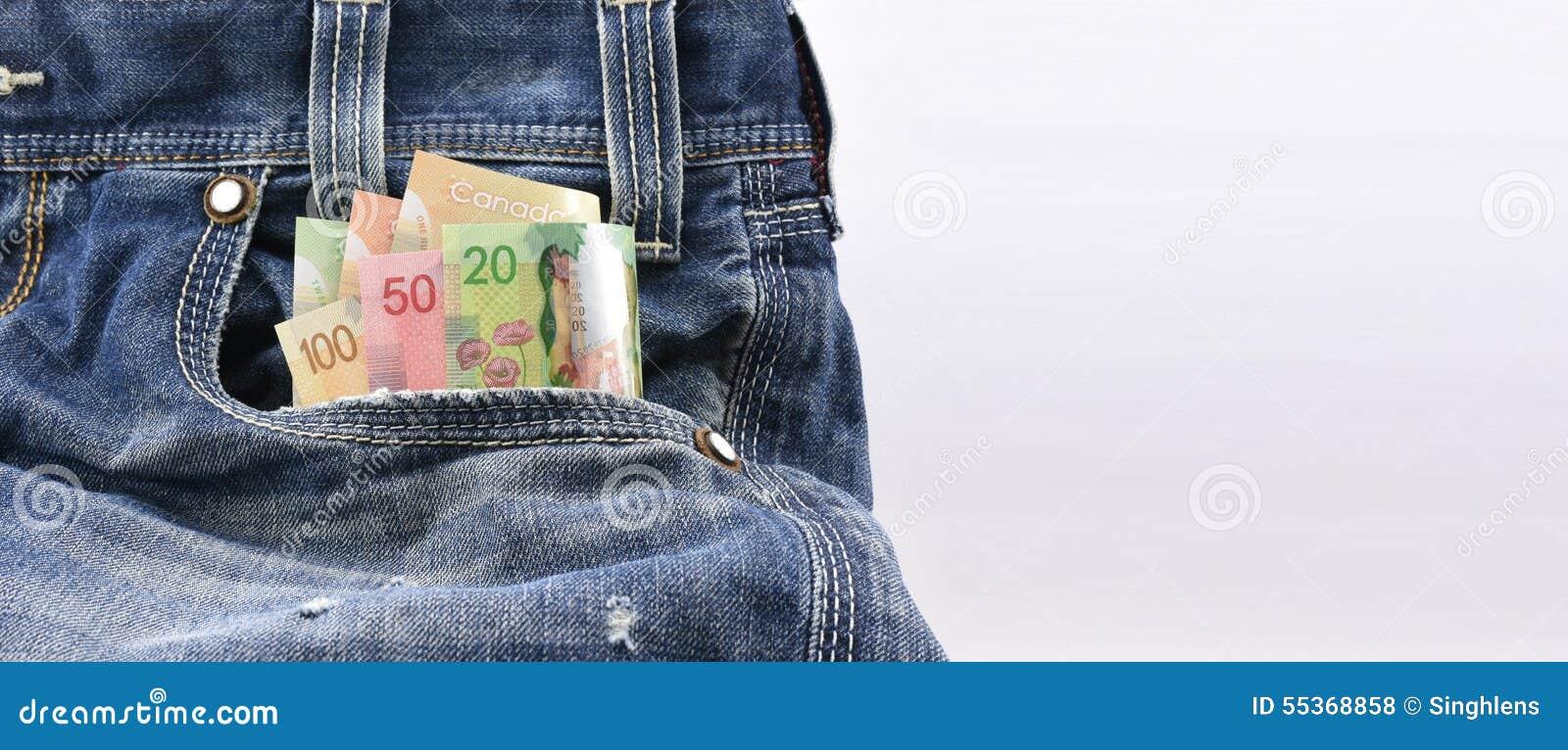 Kanadensiska dollar av värde 20, 50 och 100 i blå grov bomullstvilljeans stoppa i fickan, begreppet på förtjänstpengar som sparar