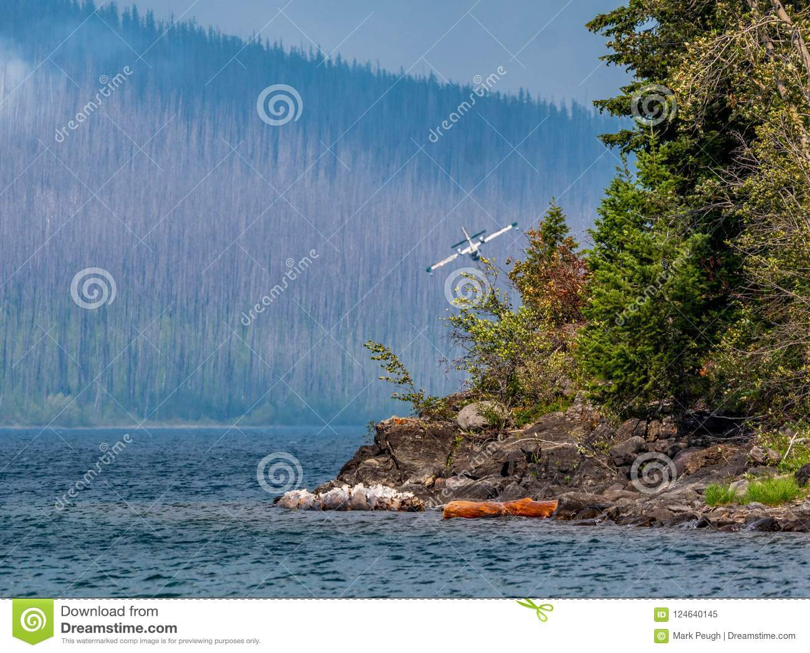 Kanadensiska toppna en Scooper banker som får klara att tappa på sjön för att fylla behållarna