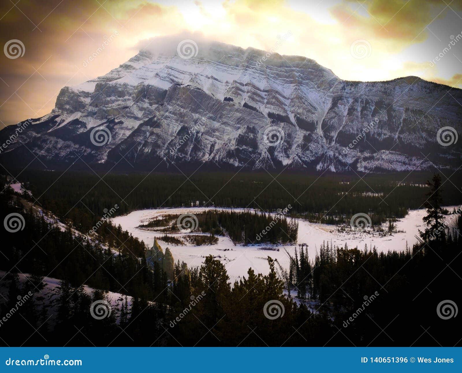 Kanadier Rocky Mountains an Nationalpark Banffs bei Sonnenuntergang
