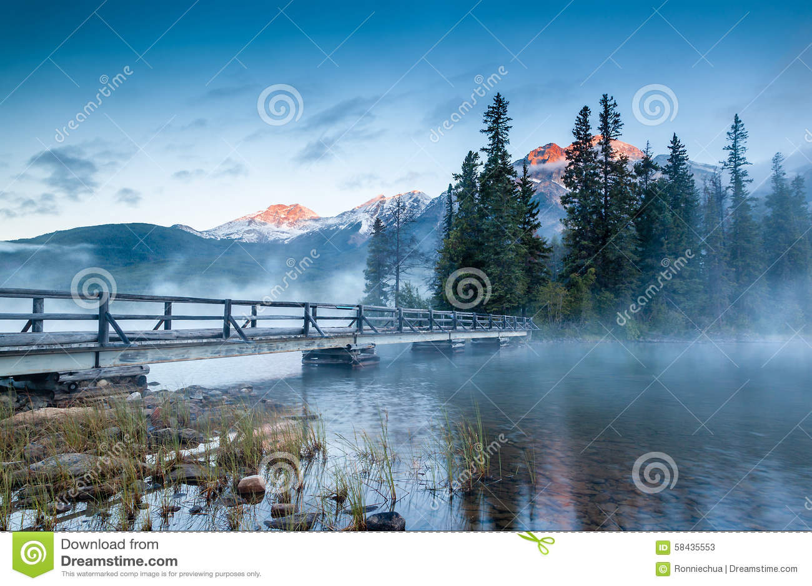 Kanadische Landschaft: Misty Sunrise am Pyramid See im Jaspis, Alb