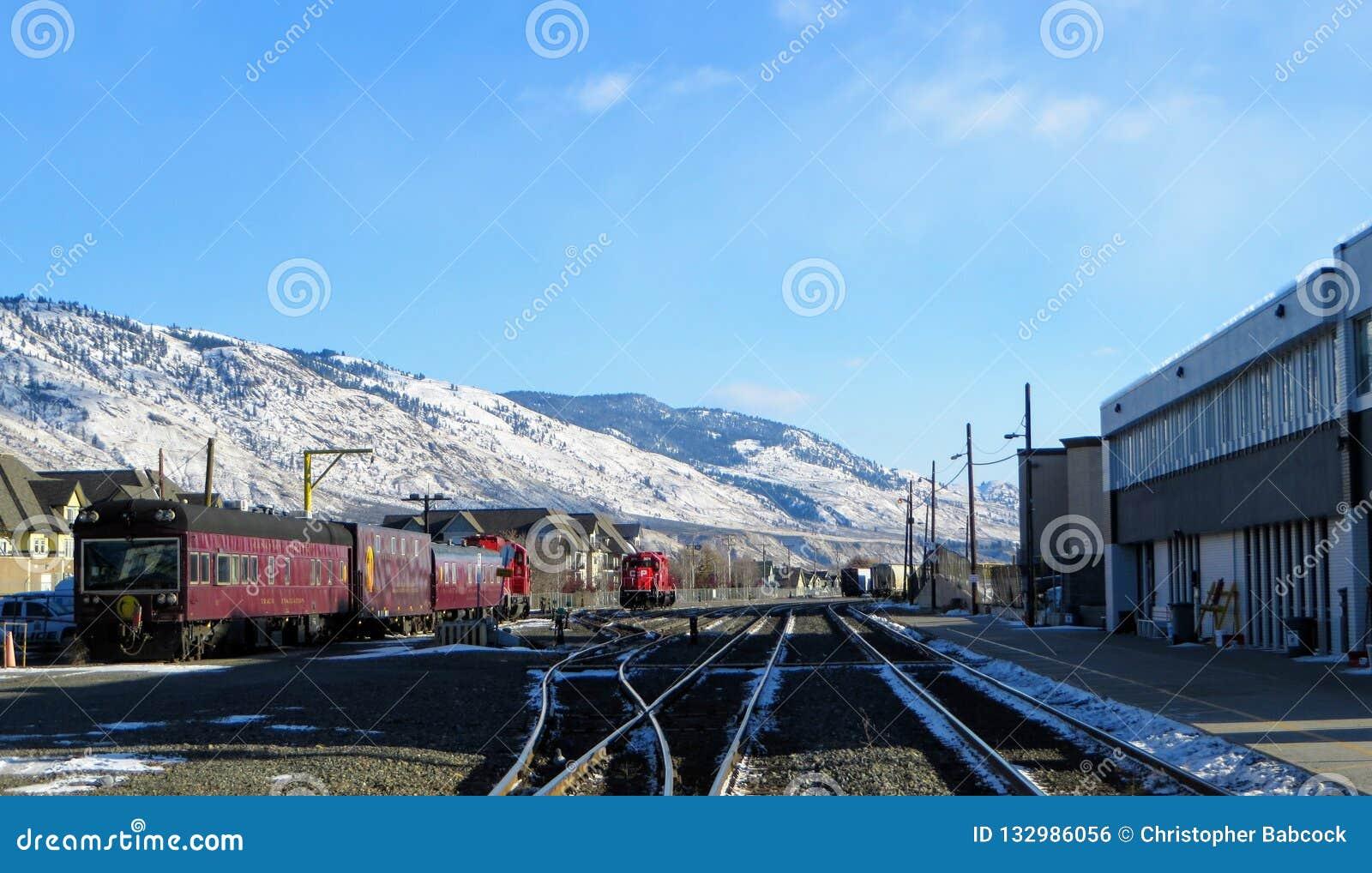 Kanadyjczyk kolei Pacyficzny pociąg zatrzymywał w w centrum Kamloops, kolumbia brytyjska, Kanada na pięknym zima dniu z światłem
