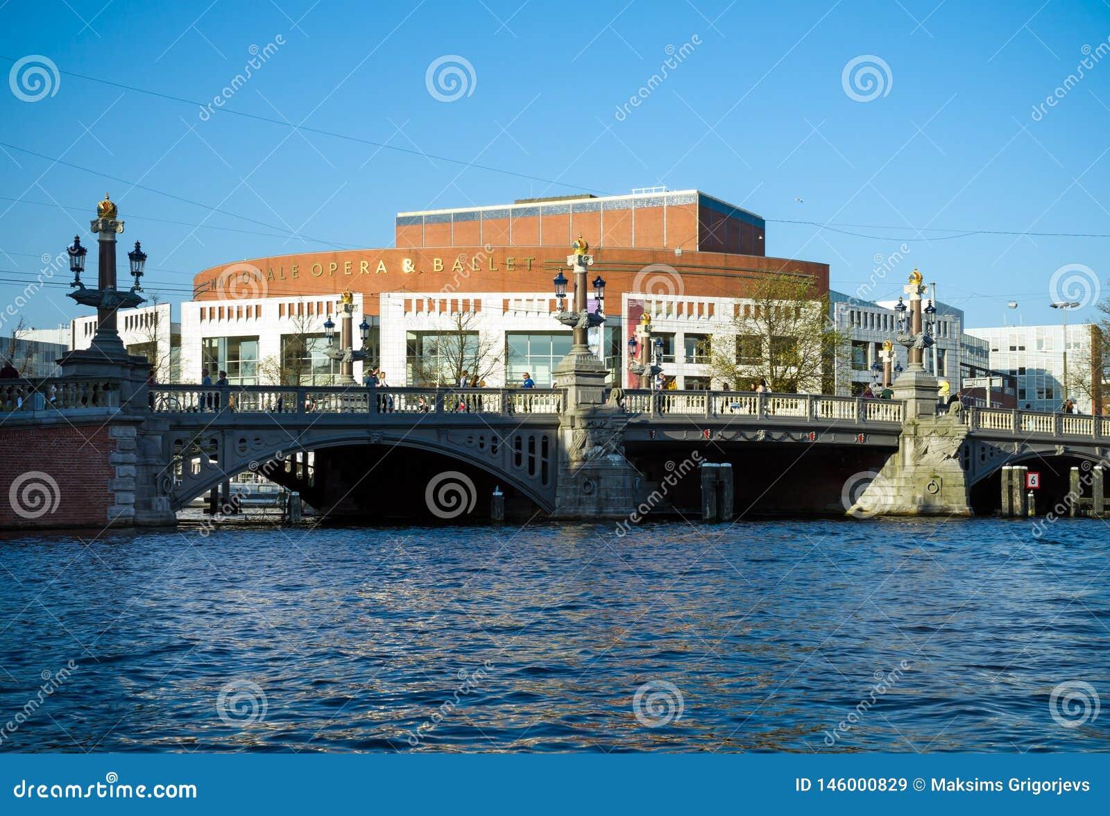 Kanal-Ansicht über das nationale Opern- und Balletttheater in Amsterdam, die Niederlande, am 14. Oktober 2017