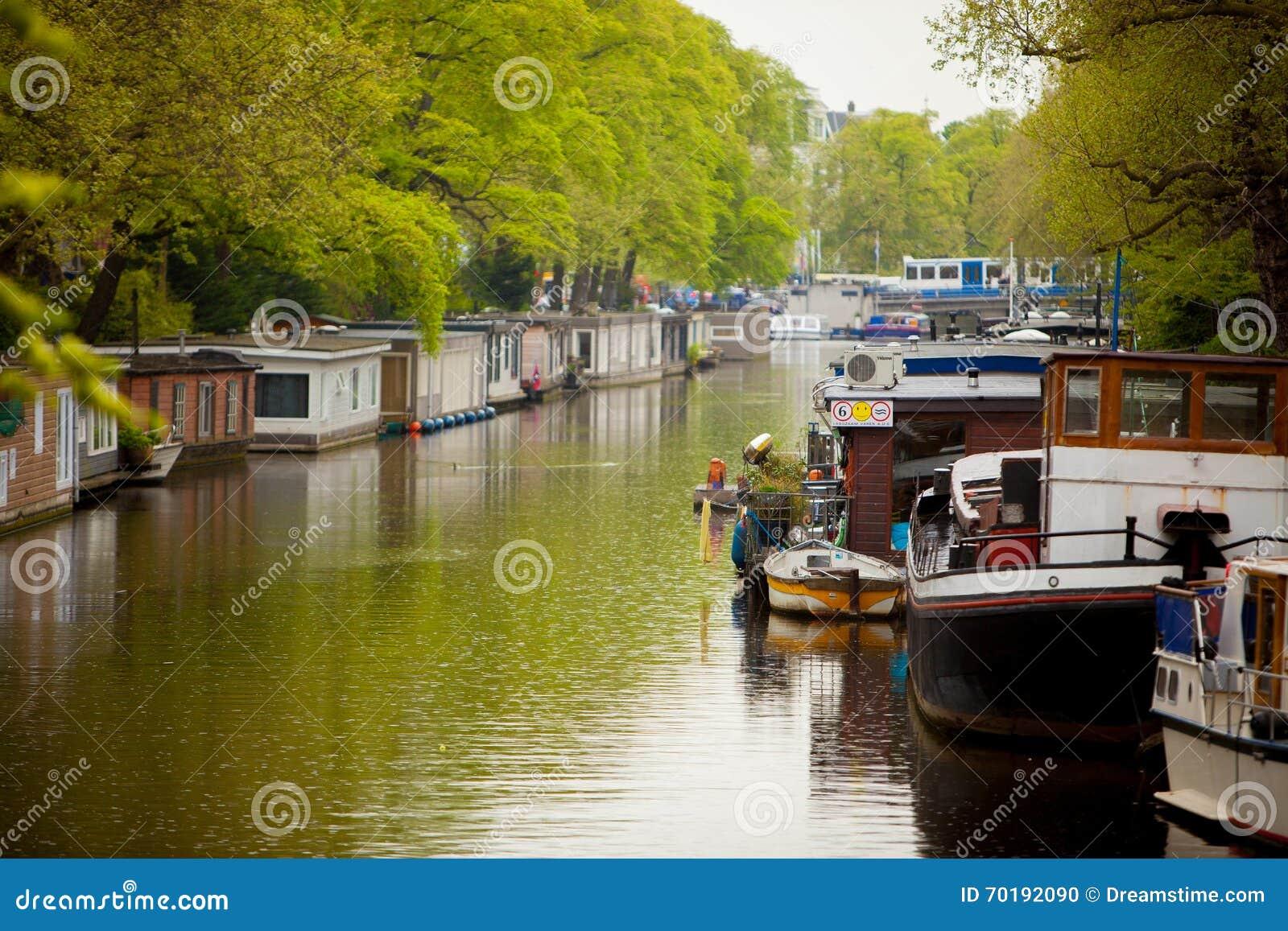 Kanal av Amsterdam i vår